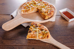 Wyśmienicie smakowita pizza na z drewnianym stołem fotografia stock