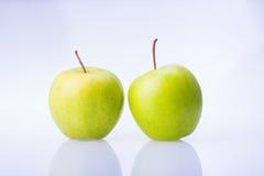 Wyśmienicie soczysty świeży zielony Apple na białym tle Obrazy Royalty Free