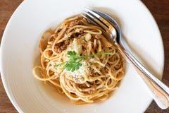 Wyśmienicie spaghetti z mięsem na bielu talerzu Obraz Stock