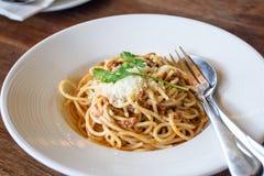 Wyśmienicie spaghetti z mięsem na bielu talerzu Fotografia Stock