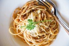 Wyśmienicie spaghetti z mięsem na bielu talerzu Obrazy Royalty Free