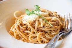 Wyśmienicie spaghetti z mięsem na bielu talerzu Obrazy Stock