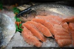 Wyśmienicie surowy łososiowy rybi przepasuje z całą ryba w tle częsciowo obraz royalty free