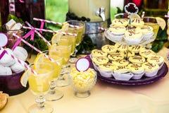 Wyśmienicie sweeties i napoje zostaje na deseru stole, obraz stock