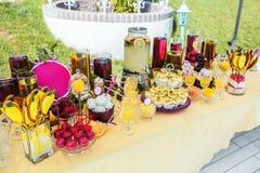 Wyśmienicie sweeties i napoje zostaje na deseru stole, zdjęcia royalty free