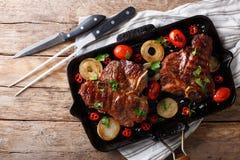 Wyśmienicie T kości stek z piec na grillu warzywami na grill niecce zdjęcia stock