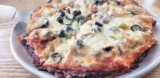 Wyśmienicie tandetna pizza na białym talerzu fotografia royalty free