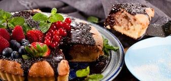 Wyśmienicie tarta z świeżymi truskawkami, malinkami i rodzynkiem, zdjęcie royalty free