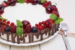 Wyśmienicie tarta z świeżymi truskawkami, malinkami i wiśnią na stole, obrazy royalty free