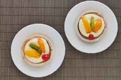 Wyśmienicie tartlets z śmietanką i owoc, pomarańcze, kiwi, wiśnia Obrazy Royalty Free