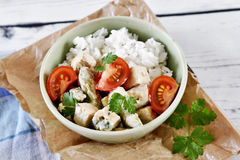 Wyśmienicie tofu naczynie z świeżymi pomidorami i zielonym asparagusem obraz stock