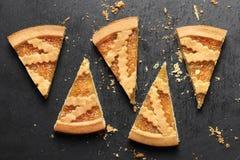 Wyśmienicie tort z dżemem na łupku talerza tle zdjęcia royalty free