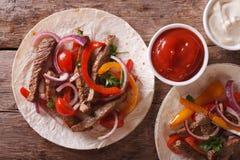 Wyśmienicie tortillas z mięsa i warzyw horyzontalnym odgórnym widokiem Obraz Stock