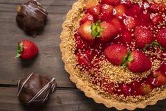 Wyśmienicie truskawka tort na stole obrazy royalty free