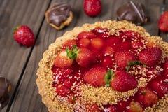 Wyśmienicie truskawka tort na stole obrazy stock