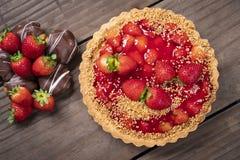 Wyśmienicie truskawka tort na stole zdjęcie royalty free