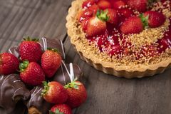 Wyśmienicie truskawka tort na stole zdjęcia stock