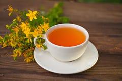 Wyśmienicie tutsan herbata w pięknym szklanym pucharze na stole zdjęcia stock