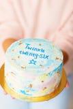 Wyśmienicie urodzinowy tort na kobiet rękach balon kiście kalendarza pojęcia daty urodzin gospodarstwa, miniatura człowieka szczę Zdjęcie Stock