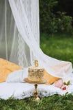 Wyśmienicie urodzinowy tort zakrywający w postaci numerowy sześć z złotą karmową farbą z świeczką i, na drewnianym stojaku obrazy stock
