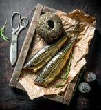 Wyśmienicie uwędzona makrela na tacy z dratwą i pikantność zdjęcia royalty free