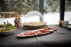 Wyśmienicie uwędzona wołowina na nieociosanym drewnianym talerzu słuzyć dla wszystko ty możesz jeść bufet, Zdjęcie Royalty Free
