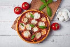 Wyśmienicie Włoska pizza Margherita na białym drewnianym stole Odgórny widok Fotografia Royalty Free