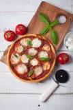 Wyśmienicie Włoska pizza Margherita na białym drewnianym stole Odgórny widok Fotografia Stock
