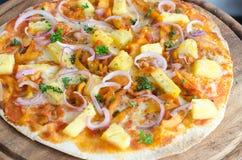 Wyśmienicie włoska pizza słuzyć na drewnianym stole Zdjęcia Royalty Free