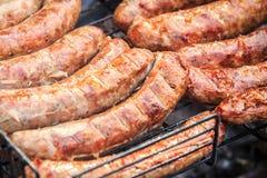 Wyśmienicie wieprzowin kiełbasy z crispy skorupą gotującą na grillu Obraz Stock