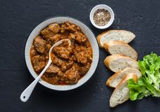 Wyśmienicie wołowina gulasz Zdrowy sezonowy wygody jedzenie na ciemnym tle, odgórny widok Mieszkanie nieatutowy zdjęcia royalty free