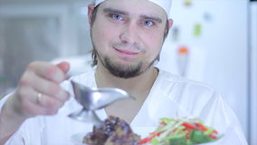 Wyśmienicie wyśmienitemu posiłkowi dają ostatnim szlifom szefem kuchni w restauracyjnej lub hotelowej kuchni, przygotowywającej d zdjęcie wideo