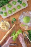 Wyśmienicie zielone kluchy z szpinaka ciastem faszerowali z serem carpaccio kuchni doskonale stylu życia, jedzenie luksus włoski Fotografia Stock