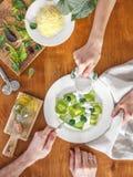Wyśmienicie zielone kluchy z szpinaka ciastem faszerowali z serem carpaccio kuchni doskonale stylu życia, jedzenie luksus włoski Zdjęcia Stock