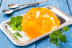 Wyśmienicie zimno galareta z plasterkami pomarańczowa i świeża mennica Zdjęcia Royalty Free