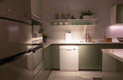 Wyśmienite nowe kuchni cechy nowoczesna kuchnia wewnętrznego obraz stock
