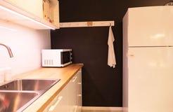 Wyśmienite nowe kuchni cechy nowoczesna kuchnia wewnętrznego zdjęcie stock