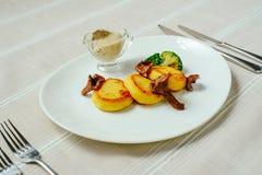 Wyśmienite pieczarki z grulami, kartoflani bliny, światła stołowy kłaść, wygodny restauracyjny serw na białym tle zdjęcie stock
