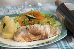 Wyśmienitego jedzenia naczynia towarzyszący z bogatym winem - wołowina - fotografia stock