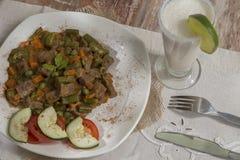 Wyśmienitego jedzenia naczynia towarzyszący z lemoniadą - wołowina - zdjęcie stock