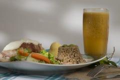Wyśmienitego jedzenia naczynia towarzyszący z sokiem - wołowina - obrazy royalty free