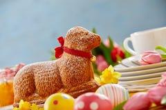 Wyśmienitej specjalności wielkanocy jagnięcy tort z czerwonym łękiem zdjęcia royalty free