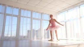 Wyśmienity żeński baletniczy tancerz w różowej spódniczce baletnicy ćwiczy i ono uśmiecha się zbiory wideo
