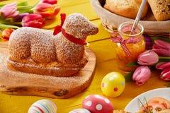 Wyśmienity baranek kształtujący wielkanoc tort z jajkami zdjęcia royalty free