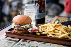 wyśmienity hamburger i dłoniaki obraz royalty free