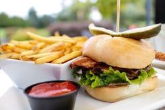 wyśmienity hamburger z francuskimi dłoniakami Zdjęcia Royalty Free