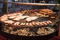 Wyśmienity mięso składa wieprzowina ziobro, kiełbasy, na wielkim grillu Obrazy Stock