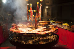 Wyśmienity mięso składa wieprzowina ziobro, kiełbasy, na wielkim grillu zdjęcie royalty free