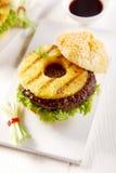 Wyśmienity Smakowity Hawajski hamburger na Białym talerzu Obraz Stock