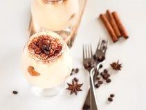 Wyśmienity Włoski deserowy tiramisu w koniaków szkłach na bielu Zdjęcia Stock